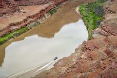 Jetboat transportant des kayaks d'amont du fleuve Colorado Photos libres de droits