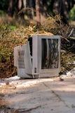 Jetez les téléviseurs sur la rue, télévision près du récipient jeté Images libres de droits