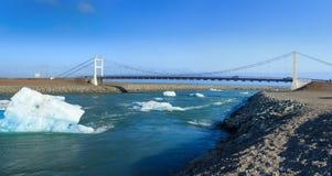 Jetez un pont sur au-dessus des icelands Jokulsarlon Images stock