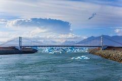 Jetez un pont sur au-dessus des icelands Jokulsarlon Photographie stock libre de droits