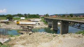 Jetez un pont sur en construction à travers la rivière Vrbanja dans la ville de Banja Luka - 1 Image libre de droits