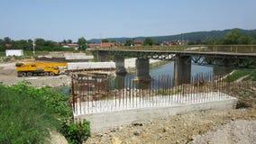 Jetez un pont sur en construction à travers la rivière Vrbanja dans la ville de Banja Luka - 2 Photos libres de droits