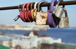 Jetez un pont sur l'amour des serrures dessus avec le fond de la ville Images libres de droits
