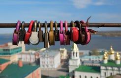 Jetez un pont sur l'amour des serrures dessus avec le fond de la ville Photos stock