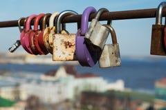 Jetez un pont sur l'amour des serrures dessus avec le fond de la ville Photographie stock