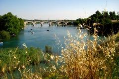 Jetez un pont sur l'aqueduc en Lago di Garda - lac en montagnes italiennes Images libres de droits