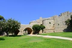 Jetez un pont sur l'entrée dans Rhodes a enrichi la citadelle Photos stock
