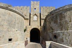 Jetez un pont sur l'entrée dans Rhodes a enrichi la citadelle Images stock
