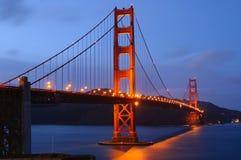 jetez un pont sur l'horizontal d'or de porte de crépuscule Photo stock
