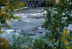 jetez un pont sur la cascade à écriture ligne par ligne Photos libres de droits