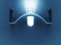 Jetez un pont sur la voûte au-dessus de l'espace de brique dans la lumière bleue Photos libres de droits