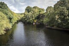 Jetez un pont sur la vue en amont près du réservoir d'Anglezarke, Lancashire, Angleterre Image stock