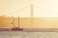 Jetez un pont sur le 25ème avril à Lisbonne, Portugal au coucher du soleil Photographie stock libre de droits