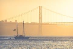 Jetez un pont sur le 25ème avril à Lisbonne, Portugal au coucher du soleil Photographie stock