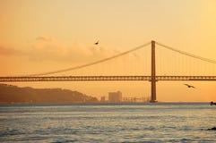 Jetez un pont sur le 25ème avril à Lisbonne, Portugal Images libres de droits