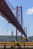 Jetez un pont sur le 25 avril sur la rivière Tejo Photographie stock libre de droits