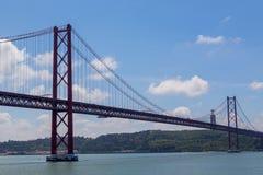 Jetez un pont sur le 25 avril sur la rivière Tejo Photographie stock