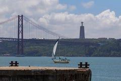 Jetez un pont sur le 25 avril sur la rivière Tejo Images libres de droits