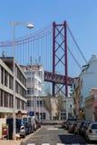 Jetez un pont sur le 25 avril sur la rivière Tejo Image libre de droits