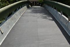 Jetez un pont sur le chemin à celui que vous vouliez Images stock