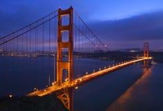 jetez un pont sur le coucher du soleil rose d'or de cieux de san de porte de Francisco Image libre de droits