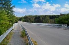 jetez un pont sur les images faites près de la ville de rzhev de la Russie de route Images libres de droits