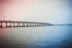 jetez un pont sur les images faites près de la ville de rzhev de la Russie de route Images stock