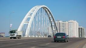 jetez un pont sur les images faites près de la ville de rzhev de la Russie de route banque de vidéos