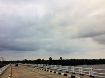 jetez un pont sur les images faites près de la ville de rzhev de la Russie de route Image libre de droits