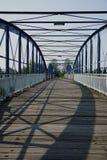 Jetez un pont sur pour le cycliste d'en de piétons photographie stock