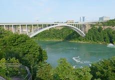 Jetez un pont sur près des chutes du Niagara, du Canada encadrant et de l'état de New-York Images stock