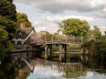 Jetez un pont sur traverser une rivière avec des réflexions dehors dans le résumé de pays Photo libre de droits