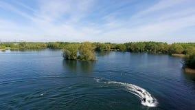Jetlev飞行物,运动员,运动员飞行在湖并且执行特技 股票录像