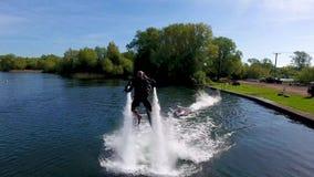 Jetlev-Flieger, Athlet, Sportlerfliegen und jagen Kamera, bevor abstellen stock video footage