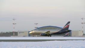 Jetliner Αεροφλότ που μετακινείται με ταξί στο διάδρομο, χειμερινή άποψη σ απόθεμα βίντεο