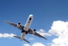 Jetliner in blauwe hemel stock fotografie