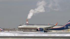 A321 jetliner van Aeroflot die op de winterdag opstijgen, Rusland stock footage
