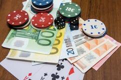 Jetons de poker avec jouer la carte et l'euro Image libre de droits