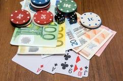 Jetons de poker avec jouer la carte et l'euro Photographie stock libre de droits