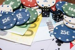Jetons de poker avec jouer la carte et l'euro Photographie stock