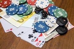 Jetons de poker avec jouer la carte et l'euro Photos stock