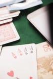 Jetons de poker avec jouer la carte, l'euro argent et le smartphone Image libre de droits
