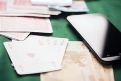 Jetons de poker avec jouer la carte, l'euro argent et le smartphone Photographie stock