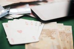Jetons de poker avec jouer la carte, l'euro argent et le smartphone Images stock