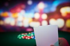 Jetons de poker avec les cartes vierges Photographie stock libre de droits