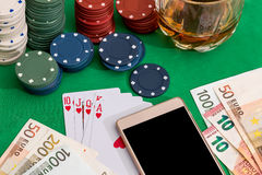 Jetons de poker, cartes et factures d'euro avec le cognac Photo libre de droits