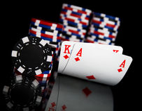 Jetons de poker et cartes Photographie stock