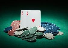 Jetons de poker et cartes d'as Photos libres de droits