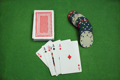Jetons de poker et cartes sur la panne Photos stock