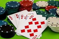 Jetons de poker et cartes sur la table Images libres de droits